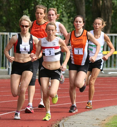 Kirsty Longley (3) leads the way in the women's 3000m